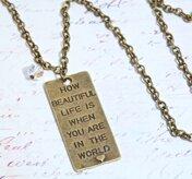 Halsband med textberlock och kristall
