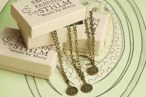 Bokstavshalsband i brons