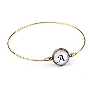 Armband i guldfärg med bokstav - kursiv